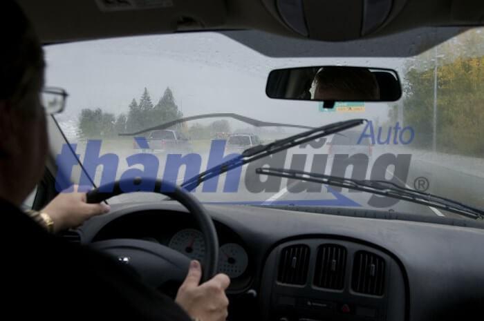 Kinh nghiệm xử lý kính ô tô mờ cho tài xế khi trời mưa